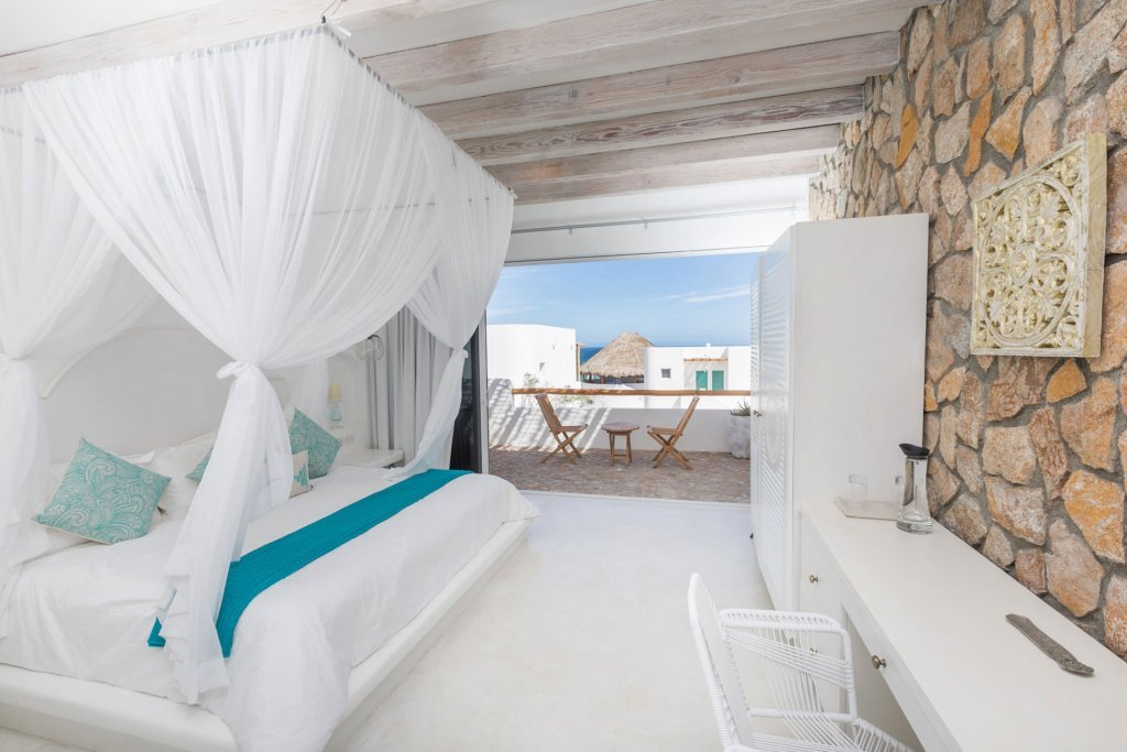 Delightful bed with beach view at our wellness retreat - Casa Tara Retreat