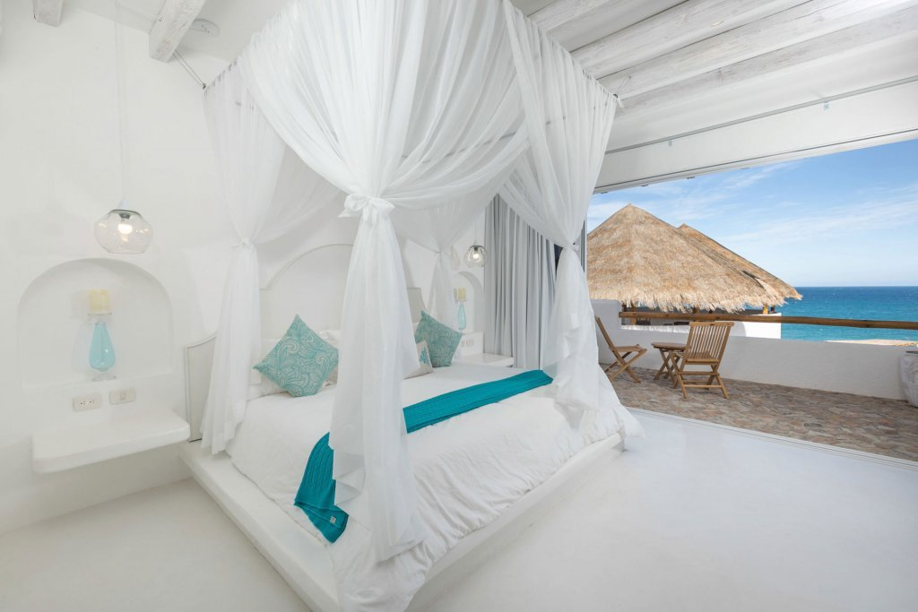 Boutique hotel room with canopy and view of the beach - Casa Tara Retreat